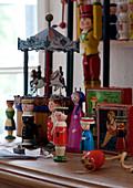 Sammlung von Stricklieseln und antikem Spielzeug
