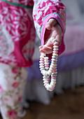 Mädchen hält Bonbon-Kette in der Hand