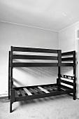 Altes, schwarzes Stockbett als Ausgangsmaterial für witziges Kinderschlafhaus in einer Heimwerkeranleitung