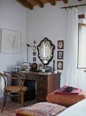 Antiker Schreibtisch mit Schubladen und Lehnstuhl aus gebogenem Holz in Schlafzimmerecke