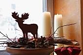 Weihnachtliche Hirschfigur auf Kiefernzapfen und Holz