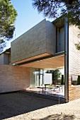 Zeitgenössische mediterrane Architektur mit Terrassenplatz auf offener Veranda und erkerartigem Anbau im Obergeschoss