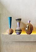 Vasen in folkloristischem Stil bemalt auf gemauerter Ablage