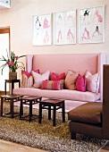 Rustikale Beistelltische vor violettem Sofa mit hoher Rückenlehne und drapierten Kissen