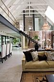 Klassisch elegante Einrichtung in offenem Wohnraum einer umgebauten Scheune