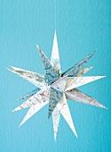 Selbstgebastelter Weihnachtsstern aus unterschiedlich bedrucktem Papier