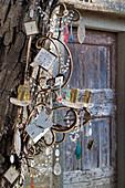 Kerzenleuchter mit Glastropfen und Uhr-Motiven geschmückt