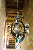 Vintage Kerzenleuchter mit Glastropfen und Uhr-Motiven geschmückt