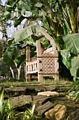 Ägyptische Holzbank im Garten