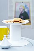 Selbstgemachte Keks-Etagère aus zwei Tellern und einer weiss bemalten Konservendose