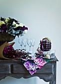 Geschirr und Blumendeko auf einem Tisch