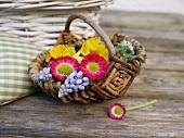 Kleiner Korb mit Frühlingsblumen