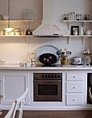 Küchenzeile mit Dunstabzug im Landhausstil