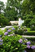 Parkanlage mit blühenden Hortensien