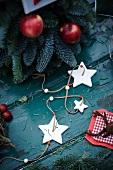 Christbaum mit roten Äpfeln und Sternenkette