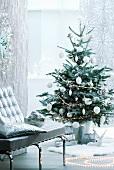 Geschmückter Weihnachtsbaum in Silber und Weiss