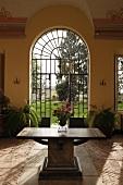 Antiker Holztisch auf altem Steinboden im Vorraum einer Villa