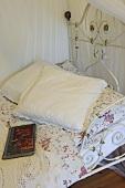 Kissen und Buch auf einem Bett