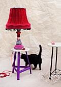 Tischlampe mit Altkleiderresten verschönert