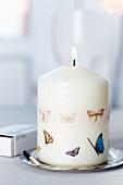 Masking Tape mit Schmetterlingsmotiven auf brennender Kerze