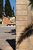 Mediterrane Anlage mit Blick auf grosszügigen Treppenaufgang im Garten