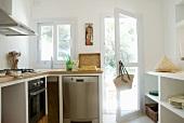 Moderne Küche mit gemauerter Küchenzeile und Regal