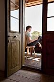 Mann studiert Landkarte auf dem Balkon