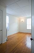Blick in leergeräumte Wohnung mit abgehängter Decke
