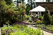 Blühender Garten mit Pavillon