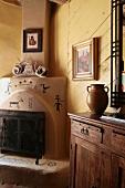 Gelb getönter Wohnraum mit eingebautem Eckkamin in rustikal amerikanischen Stil