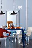weiße Muster auf grau-blauer Wand in einer Küche mit Küchengerät auf dem Tisch