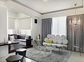 Eleganter Wohnraum mit Sitzbank und Couchtisch neben breiten Durchgang und Blick auf moderne Eckbank