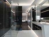 Zeitgenössische Wohnung mit futuristischem Waschtischeinbau und hochglänzende Einbauschränke aus schwarzem Glas