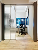Moderner Vorraum mit offener Glasschiebetür und Blick in Arbeitsraum