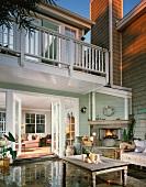 Holzhaus in amerikanischem Stil mit möblierter Terrasse und Aussenkamin