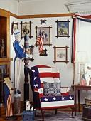 Amerikanischer Raum mit lustiger Uncle Sam Figur, Stars and Stripes Sessel und einer Bildersammlung an der Wand