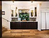 Vorraum mit Edelholzparkett und in Fensternische eingebaute Bar neben Treppenaufgang