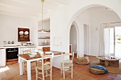Open living room with arches in Mediterranean style