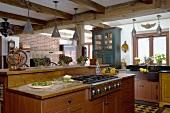 Freistehende Küchenzeile mit rustikalen Holzunterschränken in schlichter Landhausküche