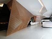 Dramatische Gestaltung von Wand und Decke in zeitgenössischem Foyer