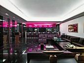 Klassisch moderne Lounge mit dunklem Interieur, pinkfarbener Leuchtinstallation und Deko im asiatischen Stil