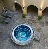 Blick von oben auf einen Whirlpool in einem Innenhof