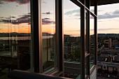 Sich spiegelnder Ausblick auf das Meer und auf die Stadt
