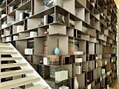 Eine zeitgenössische Eckregalkonstruktion, die sich über die ganze Wand erstreckt