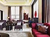 Klassisch elegante Möbel in grossem Wohnraum mit dekorativen Kunstgegenständen