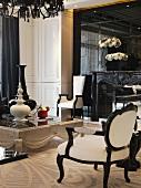 Antikisierendes Interieur in elegantem, schwarzweissem Wohnraum