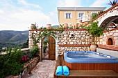 Hot tub on garden terrace (Villa Octavius, Lefkas, Greece)
