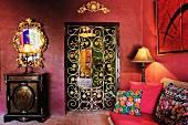 Luxuriöse Inneneinrichtung in buntem Zimmer