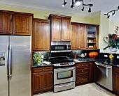 Moderne Küche mit Holzmöbeln und Einbaugeräten