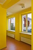 Gelb gestrichener Flur in einer Schule